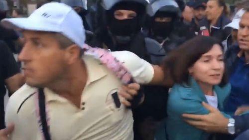 video--momentul-in-care-protestatarii-in-frunte-cu-maia-sandu-si-andrei-nastase-sunt-alungati-cu-forta-din-fata-monumentului-Stefan-cel-mare-49032